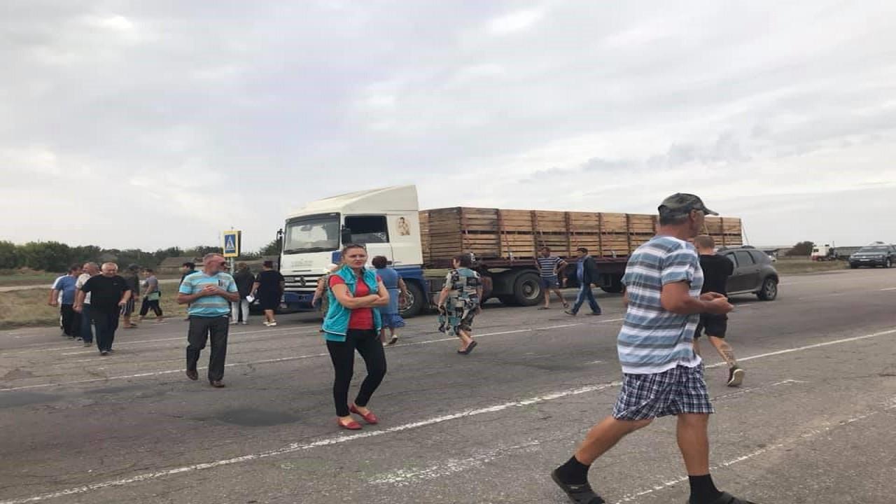 Трассу Херсон-Геническ перекрыли протестующие: селяне недовольны